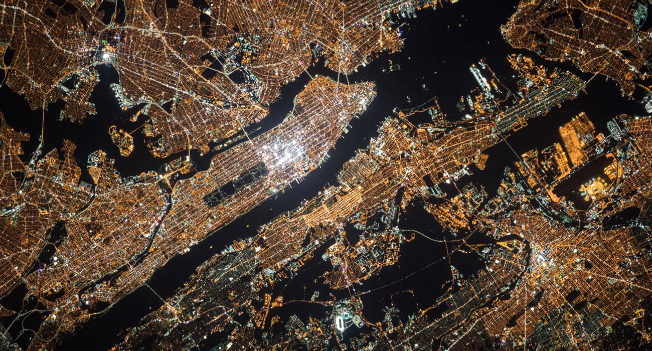 Luftaufnahme von leuchtenden, vernetztem Land
