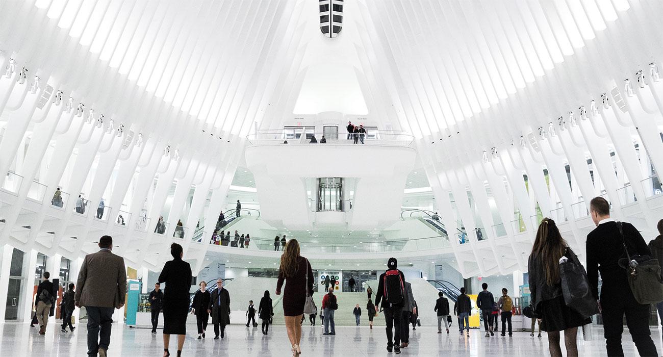 Helle Eingangshalle mit Menschen